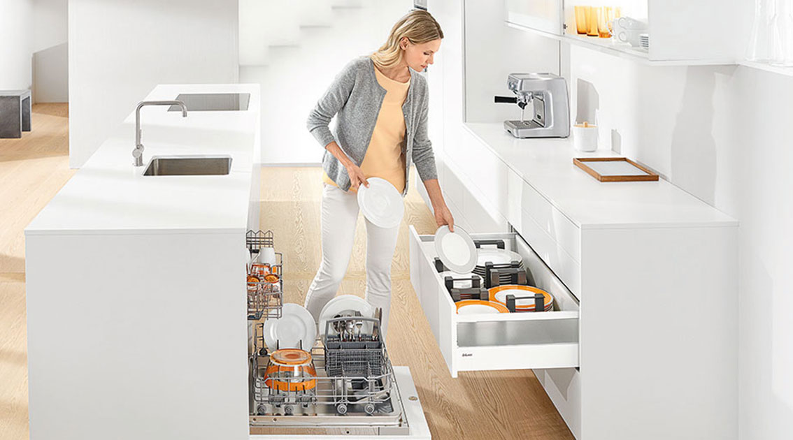 Храните посуду неподалеку от мойки, чтобы удобно складывать его на место