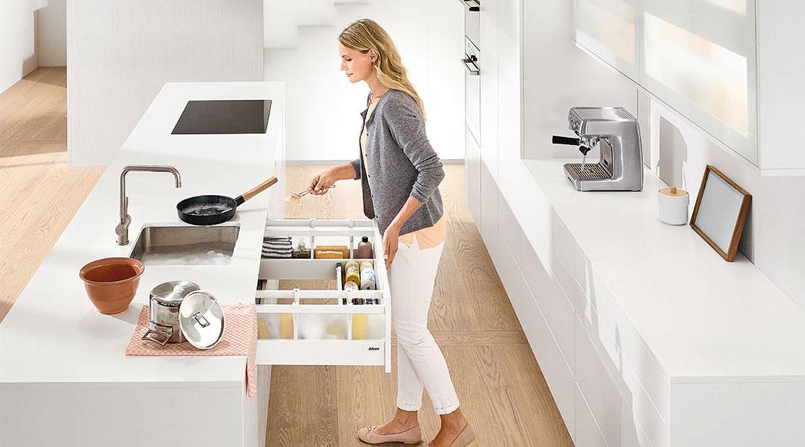 Зберігання мийних засобів у п-подібній шухляді для чистоти та порядку в зоні мийки