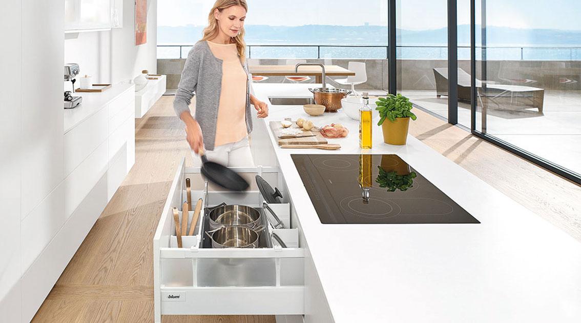 Сковородки, кастрюли и другие принадлежности для приготовления и выпечки в зоне