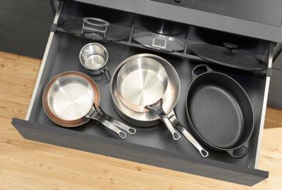 У шухляді, де зберігаються каструлі, сковорідки та кришки, доречно використати поперечний релінг AMBIA-LINE