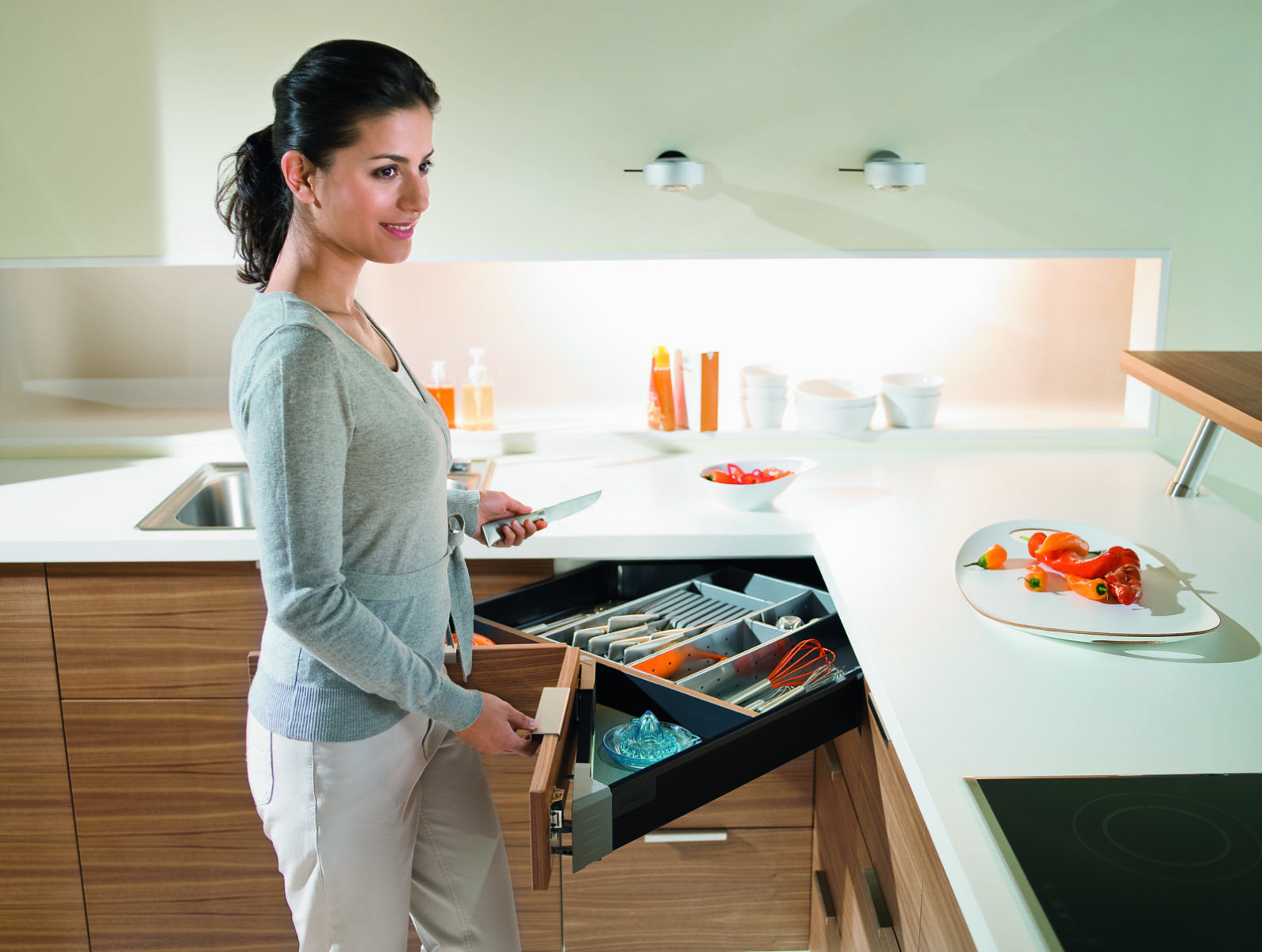 Кутова шухляда це зручно і практично. Дизайн та практичність головна риса меблів з фурнітурою Блюм