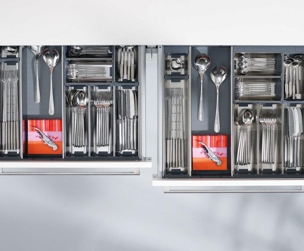 Чтобы аккуратно хранить вилки, ложки, ножи и другое столовые приборы, используйте лотки от Блюм для ящиков