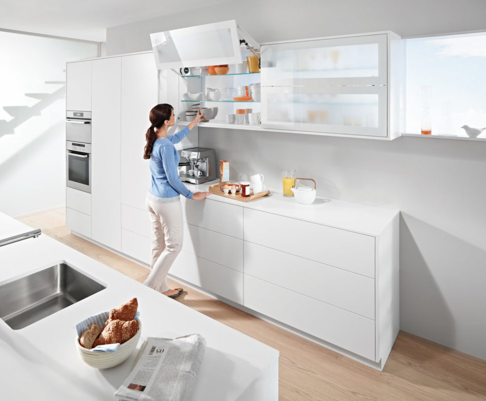 Подъемники на кухне не мешают двигаться, фасад может быть открытым, пока работаете