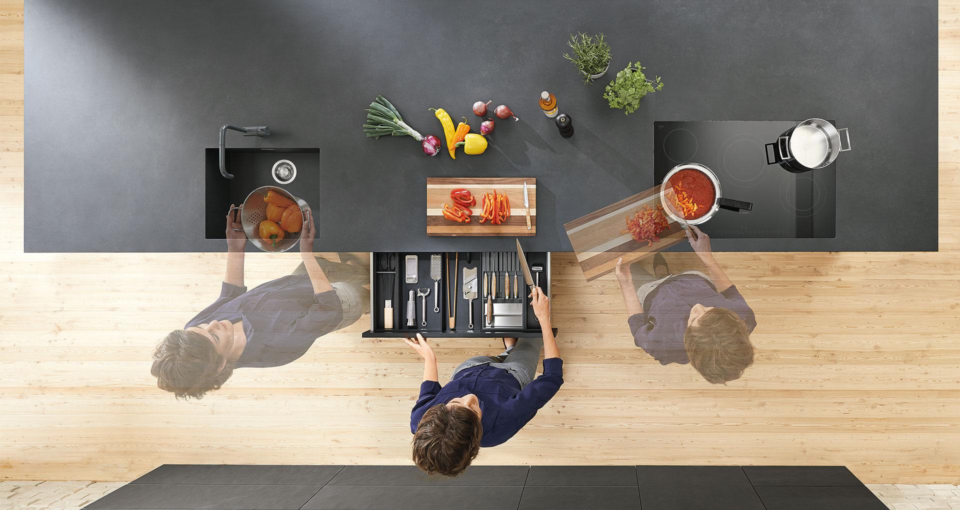 Работа на кухне - это последовательность процессов, которые повторяются каждый день. Чтобы организовать все максимально просто, следует продумать все еще при проектировании