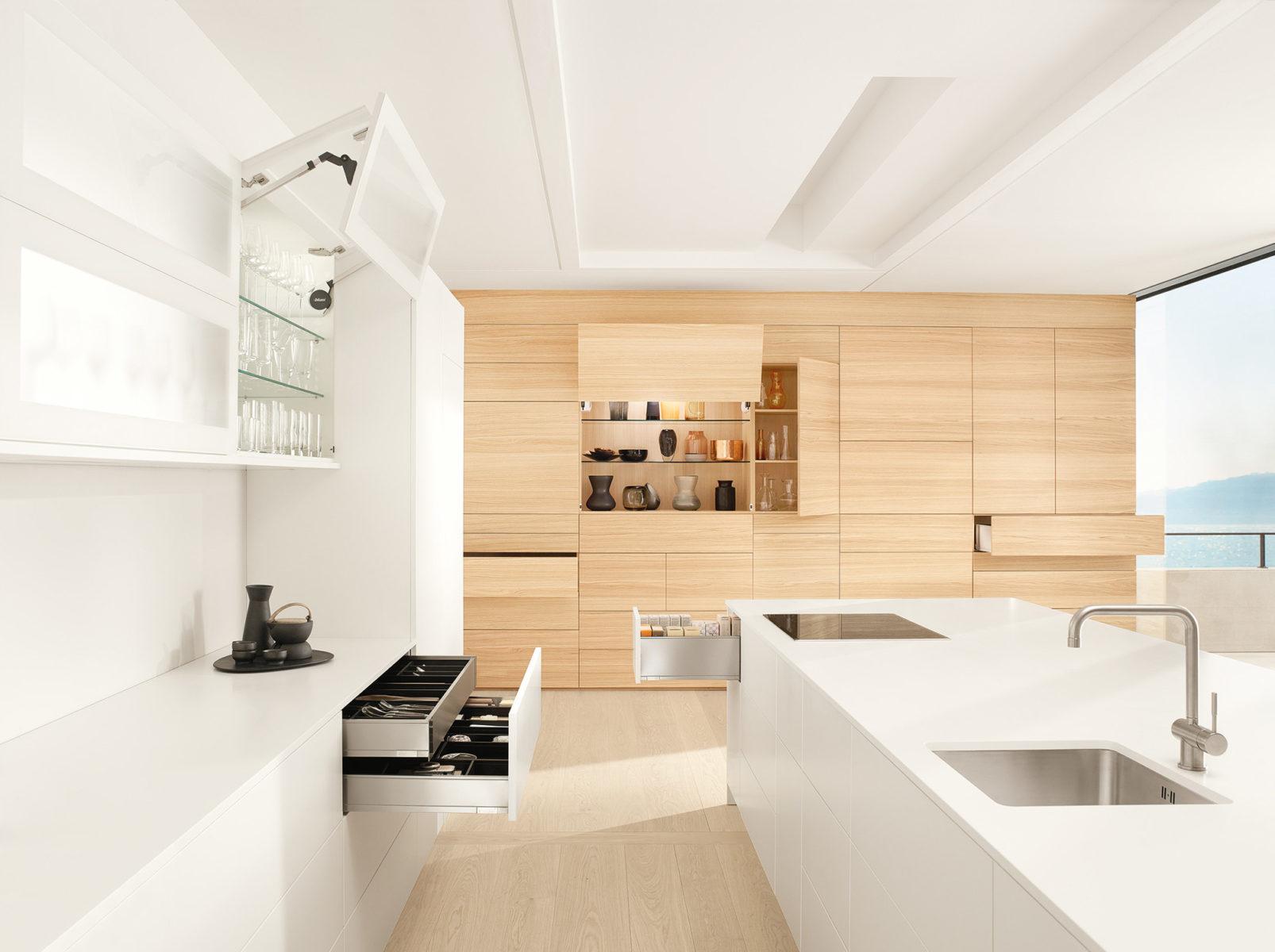 Світла острівна кухня з фурнітурою Блюм – вишукана та функціональна