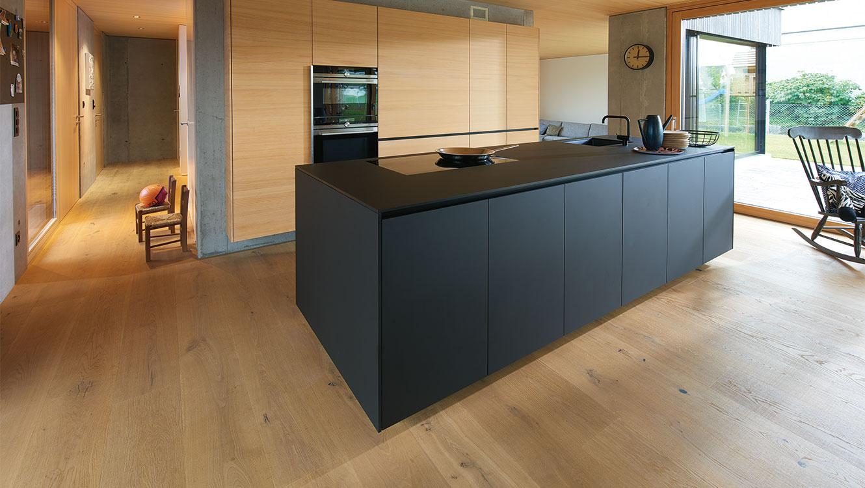 Тренди в дизайні: темні кольори, тонкі фасади, поєднання різних матеріалів та чіткі форми