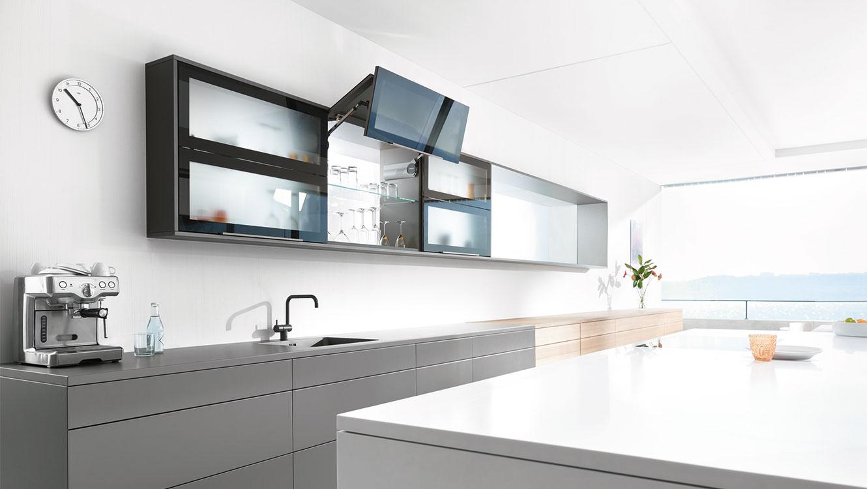 Підіймальні механізми від Блюм на кухні: зручний доступ та вільний простір над головою