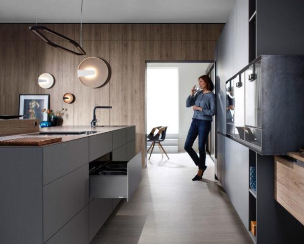 Проект красивой и практичной кухни с фурнитурой Блюм в современном дизайне